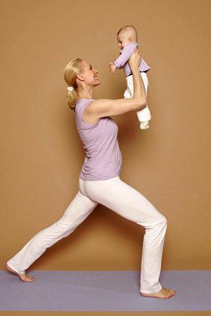 Krieger 1 mit Baby - stärkt Rücken- und Bauchmuskeln