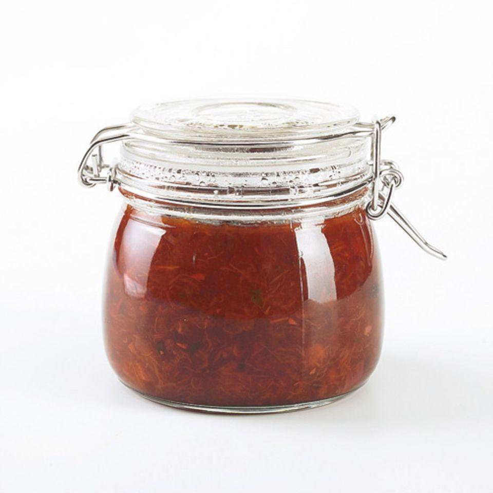 Das fruchtige Pflaumen-Chutney mit Nelken und Ingwer passt wunderbar zu Käse und gegrilltem Fleisch. Zum Rezept: Pflaumen-Chutney