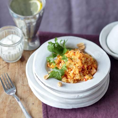 Harissa ist eine rote Pfeffer- oder Currypaste, die in Marokko viel zum Kochen verwendet wird. Auch in diesem lechkren Salat darf sie nicht fehlen. Zum Rezept: Roter Linsensalat