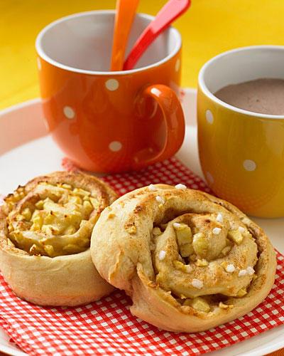 Wenn Sie zum Frühstück für Ihre Kinder Apfel-Zimt-Schnecken backen wollen, müssen Sie früh aufstehen - der Hefeteig muss zweimal gehen. Schneller geht's, wenn Sie den Teig schon am Vorabend zusammenrühren und über Nacht in den Kühlschrank stellen. Morgens dann den Teig durchkneten, ausrollen und noch mal gehen lassen, während Sie das Frühstück vorbereiten. Im Ofen brauchen die Apfel-Zimt-Schnecken nur acht bis zehn Minuten - und lauwarm schmecken sie zum Frühstück sowieso am besten! Zum Rezept: Apfel-Zimt-Schnecken
