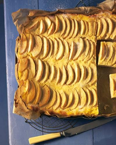 Wer viele Münder und Mägen mit Apfelkuchen glücklich machen möchte, sollte diesen Apfelkuchen vom Blech backen. Die Kombination von Äpfeln und Schmand schmeckt einfach fein, vor allem ganz frisch. Zum Rezept: Apfel-Schmandkuchen vom Blech