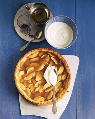 """... und dann noch Crème fraîche drauf! Teil drei der französischen Apfelkuchen-Trilogie. Auch hier macht Calvados den Kuchen zu etwas Besonderem, abgerundet wird der Geschmack mit leckerem Lavendelhonig. Zum Rezept: Apfelkuchen """"Normande"""" mit Calvados"""