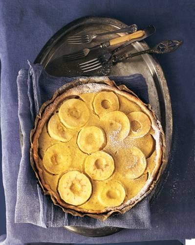 Dass der Elsässer Apfelkuchen entfernt mit dem Flammkuchen verwandt ist, lässt sich nicht abstreiten. Die saure Sahne macht den Apfelkuchen zu einer besonderen Alternative. Der Teig mit Wein wird Frankreich-Freunde freuen. Zum Rezept: Elsässer Apfelkuchen