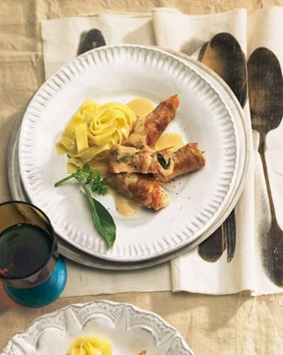 ... sind mit Speck aufgewickelte Schweinefleischröllchen in Zitronensoße. Wie auch den Zitronenlikör, der die Soße aromatisiert, verdanken wir die Involtini den Sizilianern. Zum Rezept: Involtini al Limone
