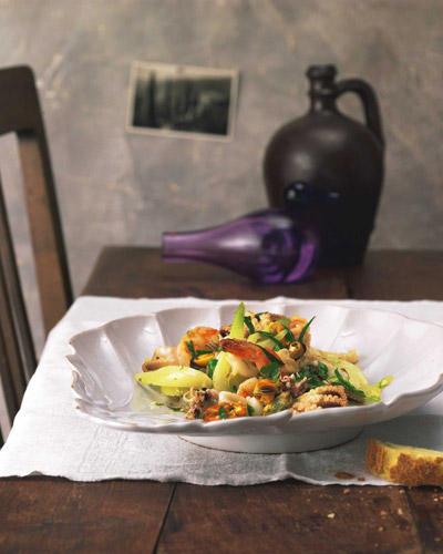 """Meeresfrüchte-Salat mit knackigem Fenchel und Zitronen-Knoblauch-Vinaigrette. Die Vorspeise lässt erahnen, warum man hier von """"Früchten"""" spricht. Zum Rezept: Insalata Di Frutti Di Mare"""