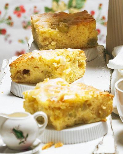 Säuerlich-süßer Sommergenuss - dieser Kuchen mit Stachelbeeren, Joghurt und Mandeln schmeckt wunderbar frisch und saftig. Zum Rezept: Stachelbeerkuchen vom Blech