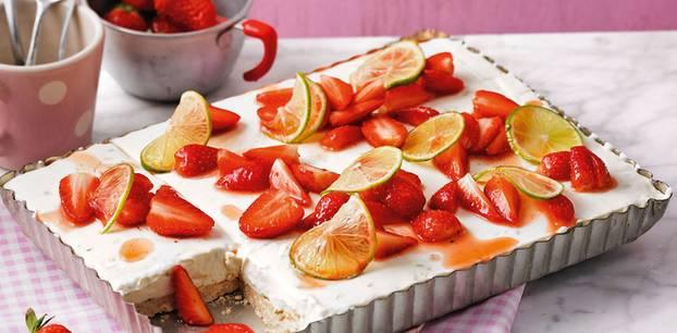 """Die Röhre bleibt zu, hierfür wird nicht gebacken - """"nur"""" geschmolzen, geröstet, gerührt ... Zum Rezept: Limetten-Kühlschrank-Torte mit Erdbeeren"""