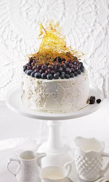 Unterm Sahne-Outfit steckt ein Kuchen, der hauptsächlich aus Eiweiß, Puderzucker und etwas Mehl gemacht wird - und himmlisch fluffig ist. Zum Rezept: Angel-Cake mit Blaubeeren