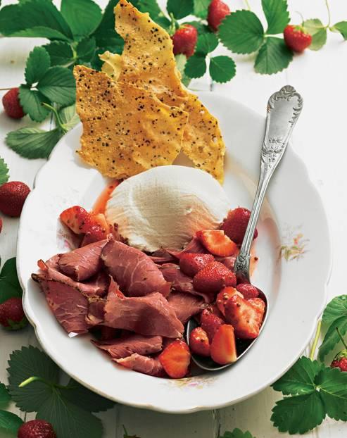 Zum Marinieren nehmen wir selbst gemachten Koriandersirup. Pastrami(geräuchertes Rindfleisch) rundet das herzhafte Vergnügen raffiniert ab. Zum Rezept: Frischkäse mit marinierten Erdbeeren