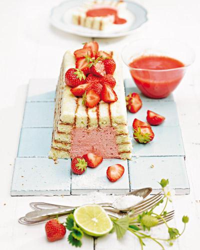 Das Genuss-Dreamteam Erdbeeren/Kokosmilch/Limette in der sahnigen Füllung wird, typisch Charlotte, von weichem Biskuit umhüllt. Zum Rezept: Erdbeer-Charlotte mit Kokos-Limetten-Creme