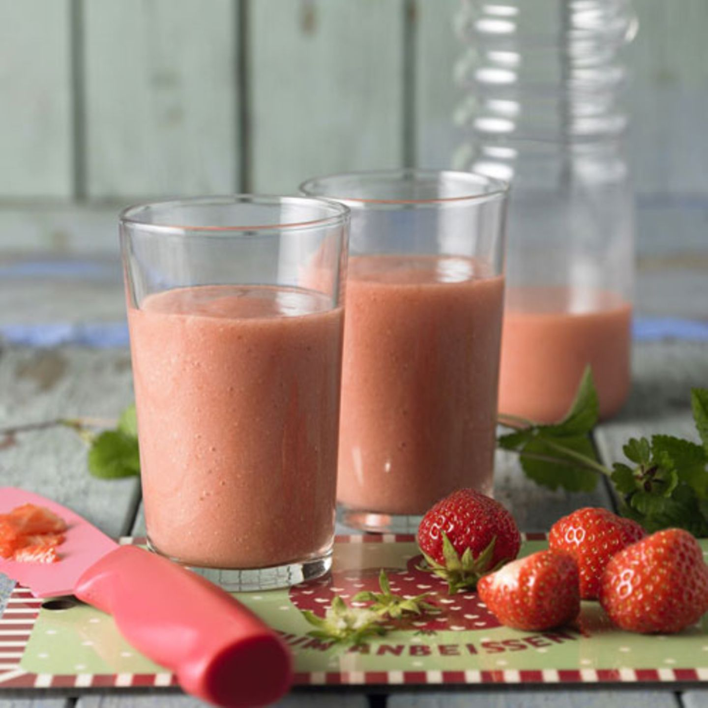 Klassische Kombi: Erdbeeren und Bananen. Dieser Smoothie ist super schnell gemacht - und gesund ist er auch noch.  Zum Rezept: Erdbeer-Bananen-Smoothie