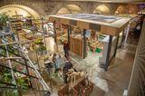 """In der Züricher Markthalle kann man wunderbar probieren (und kaufen), was die Region zu bieten hat. Zwischen gusseisernen Säulen und viel Glas gibt es knuspriges Brot, Schweizer Käse und andere Leckereien (Limmatstraße 231). Im daran anschließenden Eisenbahnviadukt zwischen Limmat- und Heinrichstraße befinden sich außerdem Shops für Design, Mode, Sport, Küche, Kleinmöbel und Accessoires. Ideal zum """"Lädelen"""", wie die Züricher das entspannte Bummeln nennen (im-viadukt.ch)."""