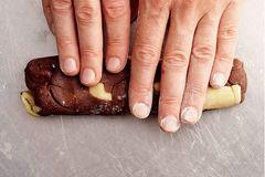 Teigreste vom Ausstechen mit den Händen grob zu einer marmorierten Teigrolle verkneten, 1 Stunde kalt stellen, in 1 cm dicke Scheiben schneiden. Bei gleicher Hitze in etwa 10–12 Minuten zu Marmorplätzchen backen.