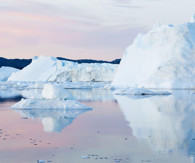 """Platz 9: Grönland Im eiskalten Grönland gibt es im kommenden Jahr eine Menge zu entdecken, wissen die Experten: """"Hier können Sie den Glanz der Mitternachtssonne auf Gletschern bestaunen, zwischen auftauchenden Walen segeln, mit einem Hundeschlitten durch die Tundra fahren und beobachten, wie die Nordlichter über die Eisdecke tanzen. Im März 2016 wird Grönland (das offiziell zu Dänemark gehört, aber weitgehend autonom ist) die Arctic Winter Games ausrichten, das größte Event dieser Art, das es je gab. Das Spektrum der Disziplinen reicht von Schneeschuhrennen bis hin zu einheimischen Sportarten wie Baumstammrammen (so was wie umgekehrtes Tauziehen mit Baumstämmen)."""""""