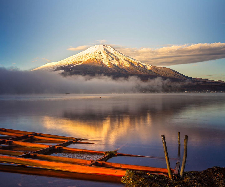 """Platz 2: Japan """"Das modernste Land der Welt"""" nennen die Experten Japan - und allein deswegen auch eine Reise wert: """"Die Städte sind futuristische Architekturwunder, durch die blitzschnelle Züge zischen und Türme aus Metall und Glas in Neonlicht getaucht sind. Auch die Landschaft wirkt wie aus einer anderen, mit Merkmalen aller Kontinente versehenen Welt, wo Alpengipfel bis ins Meer reichen. Und überall stößt man auf pittoreske Holztempel – als Erinnerung daran, dass unter dem beeindruckenden Perfektionismus tief verankerte Traditionen liegen."""""""