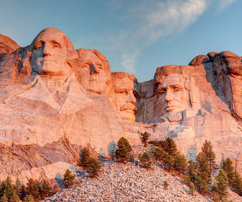 """Platz 3: USA Im Vergleich zu Palau schon deutlich bekannter! Hier geht es den Lonely-Planet-Experten aber nicht um einen Städtetrip in eine der Welt-Metroplen, nein, Amerika hat wesentlich mehr zu bieten: """"Yellowstone, die Badlands, Zion, Shenandoah ... Namen, die an die imaginären Landschaften Tolkiens erinnern. Orte voller Trolle, Drachen und Zauberei. Die US-Nationalparks hätten tatsächlich sogar den alten J.R.R. noch zum Staunen gebracht: Geysire schießen ihre Fontänen Dutzende Meter hoch, gewaltige Canyons spalten den Horizont, Büffelherden grasen in atemberaubenden Tälern, und gigantische Baumstämme, so alt wie das römische Kolosseum, ragen in den Himmel. Hier findet man einige der spektakulärsten und unwirklichsten Landschaften der Erde, und die Tatsache, dass sie noch genauso aussehen wie in der Geburtsstunde dieser Land fressenden, autoverrückten Nation, ist schlicht ein Wunder."""""""