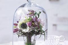 Blumenstrauß mit Schachbrettblume unter Glashaube