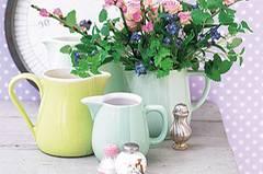 Milchkrüge als Blumenvasen
