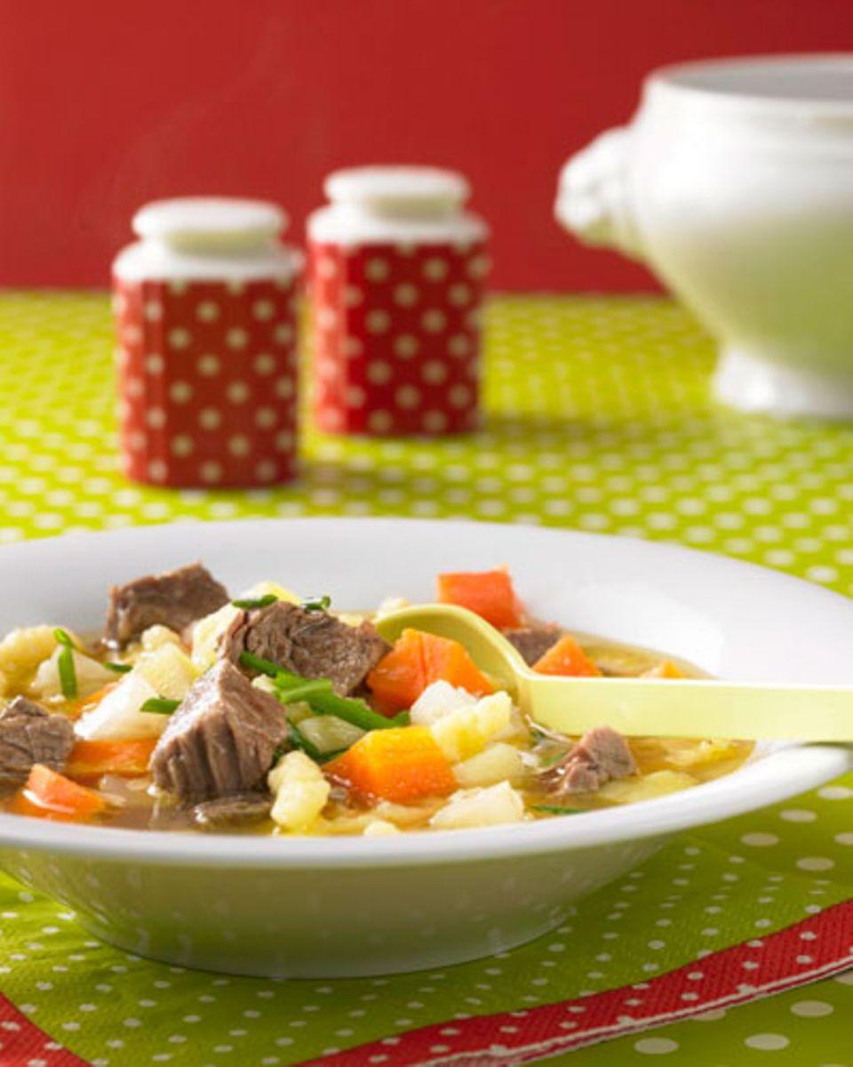 """Die Königinnen unter den Nudeln machen diese Suppe zur Anwärterin auf den Titel """"Lieblingsgericht"""" von Prinzen und Prinzessinnen. Mit Spätzle, Kartoffeln und Suppenfleisch ein deftiges Mahl. Wer mag, kann auch Zwiebelringe dazugeben. Zum Rezept: Spätzleeintopf"""
