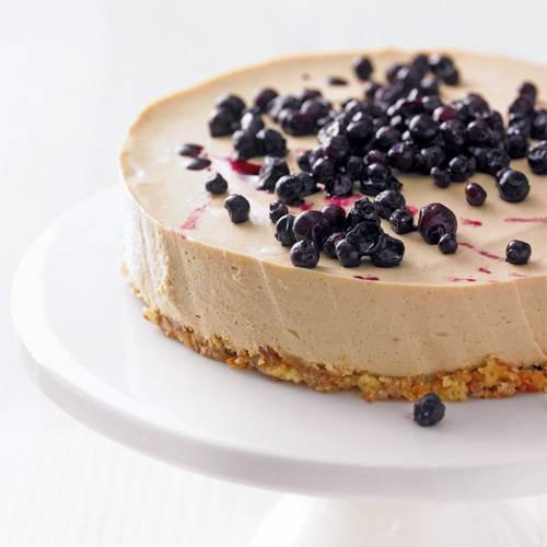 Unsere Frischkäsetorte überzeugt nicht nur mit Sanddorn und Heidelbeeren, sondern auch mit einem leckeren Boden aus Cantuccini-Keksen. Zum Rezept: Frischkäsetorte mit Sanddorn und Heidelbeeren