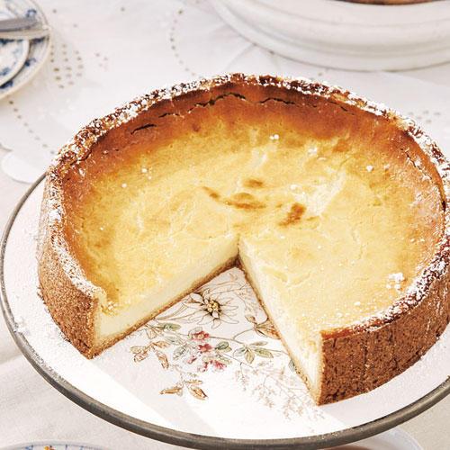 Freundinnen reißen sich um Nadine Lohmanns klassischen Käsekuchen nach Mamas Art. Denen verraten wir lieber nicht, dass 500 Gramm Sahne das Geheimnis seines guten Geschmacks sind...  Zum Rezept: Käsekuchen mit Sahne