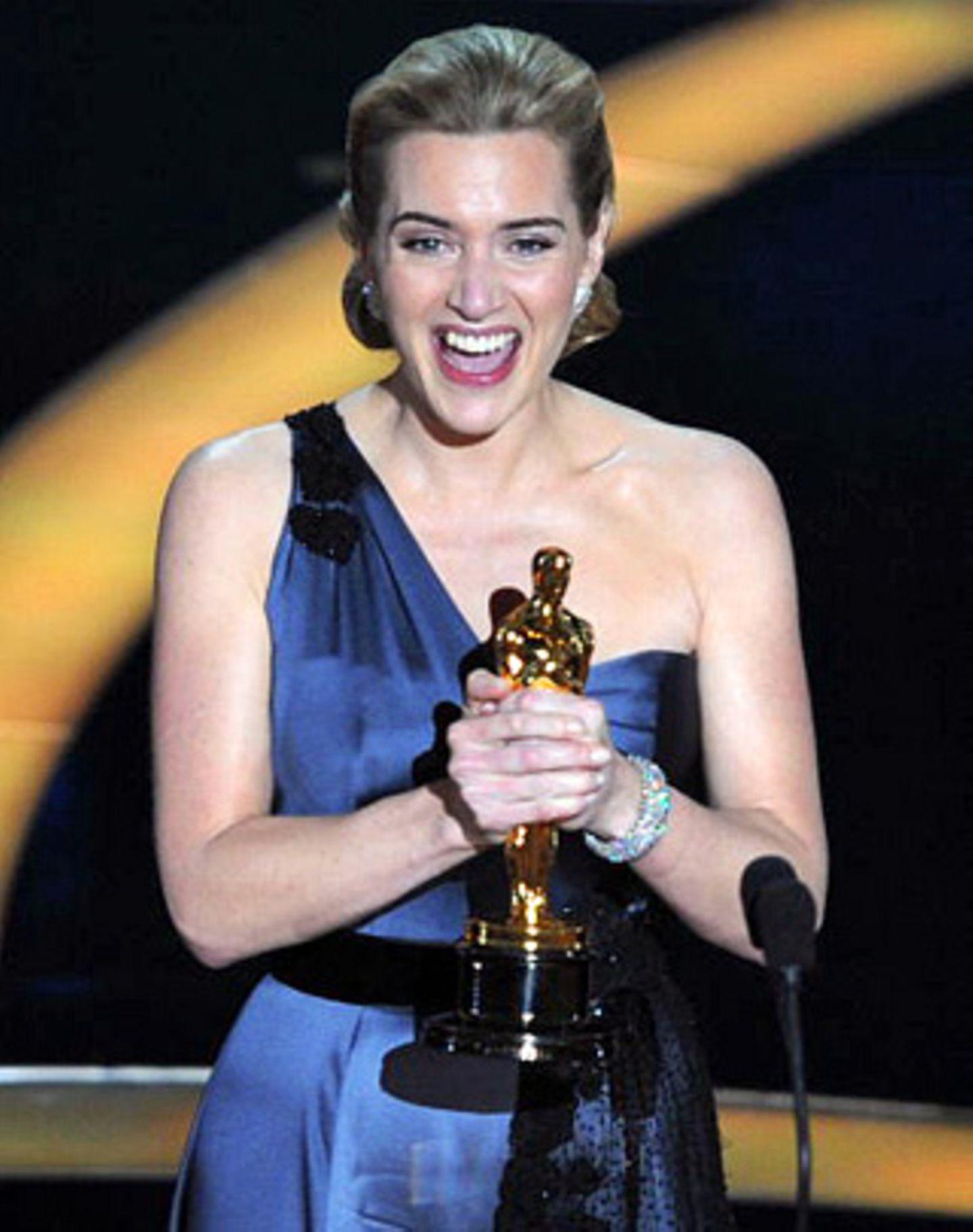 """Im fünften Anlauf zu Gold: Kate Winslet bekam den Oscar als beste Hauptdarstellerin für """"Der Vorleser"""" und gestand, schon als Achtjährige vor dem Spiegel für diesen großen Moment geübt zu haben - mit einer Shampoo-Flasche als Oscar-Ersatz."""