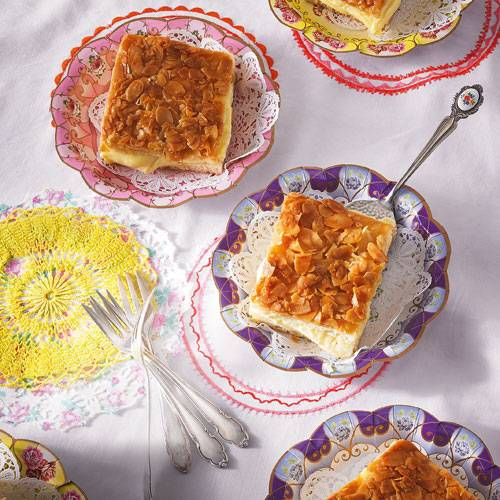 """""""Als ich Kind war, gab's zu besonderen Anlässen Kuchen vom Konditor. Zu meinen Favoriten gehörte der Bienenstich, gefüllt mit fetter Buttercreme. Herrlich! Heute bekommt man ihn oft mit Pudding, aber das ist absolut nicht dasselbe!!! Deshalb backe ich ihn selbst - oder lasse ihn mit mitbringen. Den Konditor im niedersächsischen Helmstedt gibt's nämlich immer noch."""" - Marie-Louise Barchfeld Zum Rezept: Gefüllter Bienenstich-Butterkuchen"""