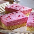 Sahnetorten-Liebhaber aufgepasst! Dieser fruchtige Sahnekuchen mit Rhabarber und Johannisbeergelee vom Blech ist nicht nur farbenfroh, sondern auch schnell gemacht. Zum Rezept: Rhabarber-Sahne-Schnitte