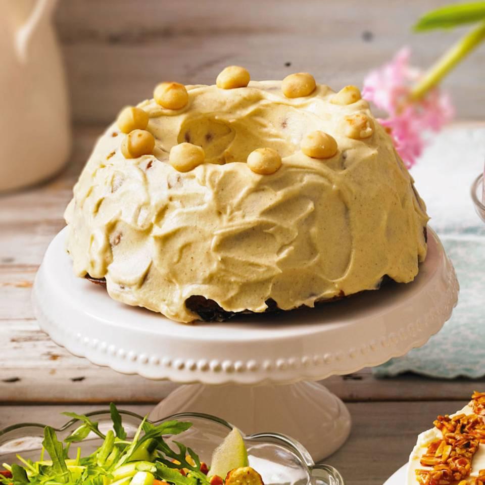 Schickes Party-Outfit: das Mäntelchen aus Frischkäse, Butter, Zucker und einem Hauch Vanille. Zum Rezept: Macadamia-Möhrenkuchen