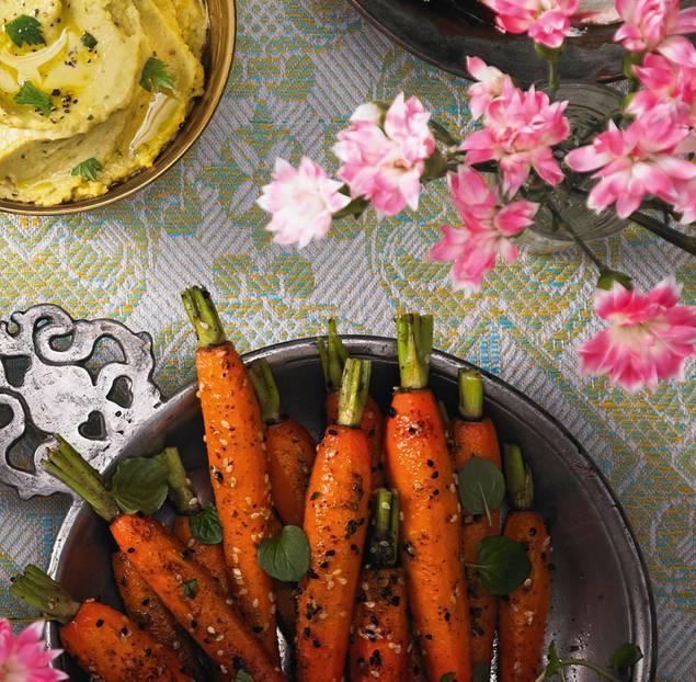 Die Süße der Möhren unterstreichen wir mit Dattelsirup bzw. Honig. Zum Rezept: Möhren mit Minze