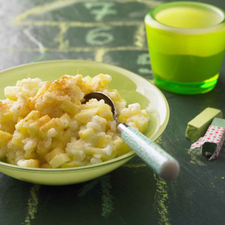 Wenn Sahne und womöglich noch gebräunte Butter ins Spiel kommen, wird aus Milchreis schnell eine Kalorienbombe. Diese Variante wird nur mit Milch gekocht - das ist kalorienarm. Wir kochen außerdem drei Äpfel mit, das senkt die Energiedichte. Zum Rezept: Milchreis mit Äpfeln