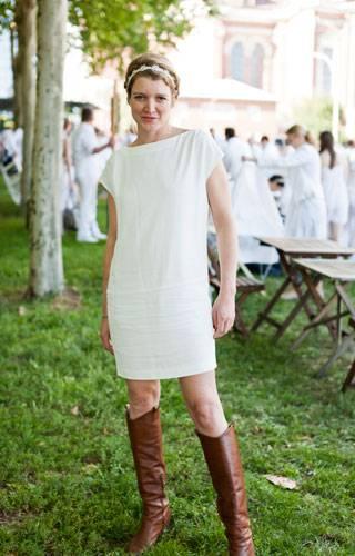 Streetstyle: Gelungene Kombination: Zum schlichten weißen Minikleid und Haarband passen auch derbe braune Lederstiefel.