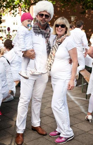 """Streetstyle: Den Dresscode """"Ganz in Weiß"""" kann man auch eigenwillig interpretieren und zu Jeans und Hemd einfach Schal und Fellmütze kombinieren."""