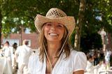 White Cowgirl, bestens gelaunt: Diese Hamburgerin trägt zur weißen Jeans und weißen Bluse einen Strohhut.