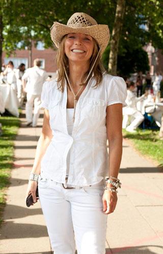 Streetstyle: White Cowgirl, bestens gelaunt: Diese Hamburgerin trägt zur weißen Jeans und weißen Bluse einen Strohhut.