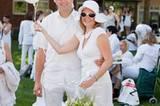 Ein besonders legeres Accessoire zum weißen Outfit: weiße Luftballons in Herzform.
