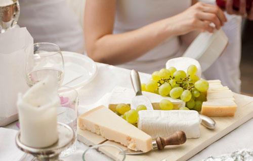 Streetstyle: Käseplatte, Kerze, Weintrauben: So geht das Picknick à la français.