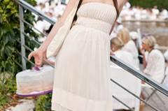 Ein süßes Bandeau-Kleid und süßes Gebäck sind genau richtig für ein Picknick im Sonnenschein.