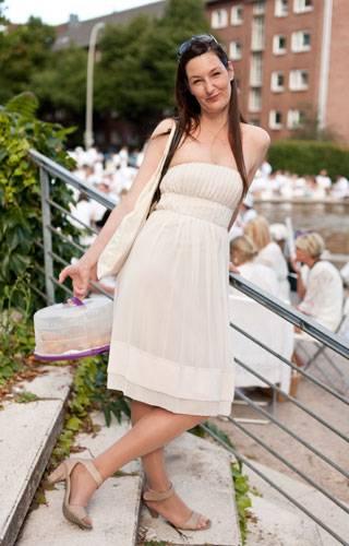 Streetstyle: Ein süßes Bandeau-Kleid und süßes Gebäck sind genau richtig für ein Picknick im Sonnenschein.
