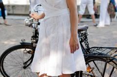 Weißes Sommerkleid, schwarzes Retro-Fahrrad: Stilvoller kann man beim Weißen Dinner nicht vorfahren.