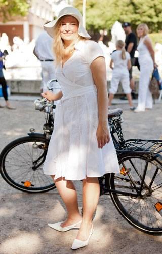 Streetstyle: Weißes Sommerkleid, schwarzes Retro-Fahrrad: Stilvoller kann man beim Weißen Dinner nicht vorfahren.