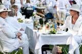 Zu einem Weißen Dinner gehört natürlich auch ein perfekt gedeckter Tisch - mit weißer Tischdecke, Weißwein und vielen Leckereien.