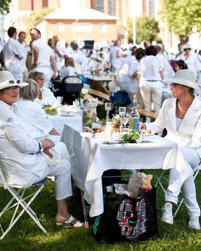Streetstyle: Zu einem Weißen Dinner gehört natürlich auch ein perfekt gedeckter Tisch - mit weißer Tischdecke, Weißwein und vielen Leckereien.