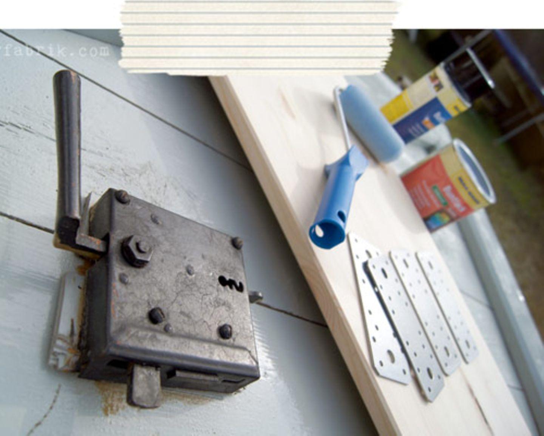 Dann braucht ihr noch Farbe für die Metallteile und Holzfarbe. Die Eisenbeschläge brauchte ich, um bei meiner Tür das Holzstück zum Verlängern anzubringen.