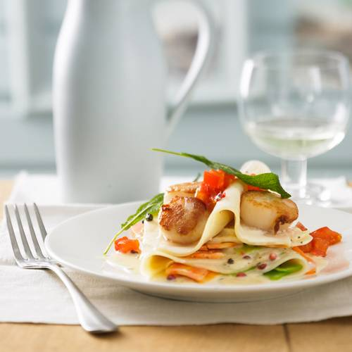 Heute geben wir unserer Lasagne einen Meeres-Touch: Und zwar mit frischen Jabobsmuscheln und Zitronengemüse. Da kommt garantiert Urlaubsstimmung auf! Zum Rezept: Offene Lasagne mit Jakobsmuscheln und Zitronengemüse