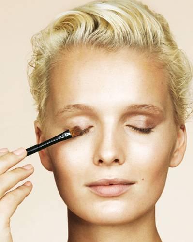 Tages-Make-up 1: Lidschatten auftragen: Step 1