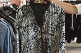 Aus Dänemark kommt das neue Plus-Size-Label ADIA. Die leichte Blouson-Jacke mit schwarz-weißem Muster hat es uns besonders angetan.
