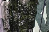 Das Sommerkleid des italienischen Herstellers Elena Miro ziert ein angesagter Palmenprint.