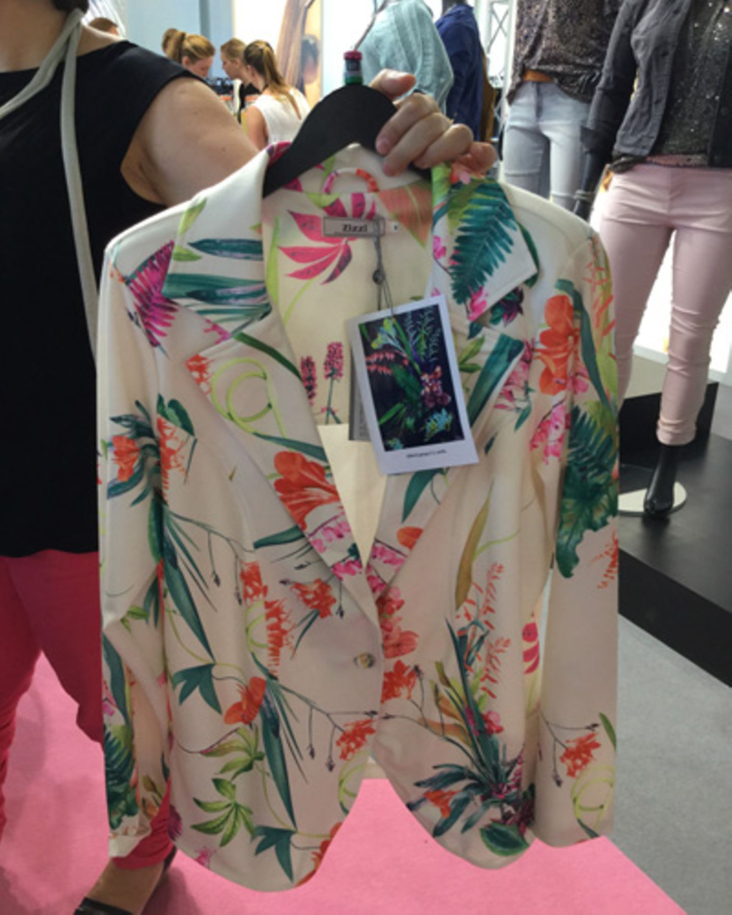 """Mit der Messe """"Curvy"""" hat sich auf der Mercedes-Benz Fashion Week Berlin eine Plattform für Plus-Size-Mode etabliert. Dieses Jahr haben die Labels für große Größen ihre neuen Trends im Schloss Charlottenburg präsentiert. Wir waren vor Ort und haben einige Favoriten für den Sommer 2016 entdeckt - zum Beispiel diesen umwerfenden Flower-Power-Blazer des dänischen Labels Zizzi."""