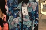 Bei Yoek aus den Niederlanden haben wir uns in diese schicke, leicht transparente Bluse mit japanisch anmutendem Blumendruck verguckt.